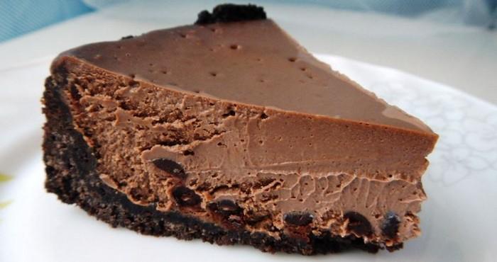 десерт с шоколадом и печеньем