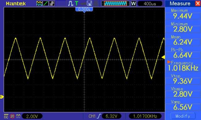 przebieg trójkątny f=1kHz potencjometr amplitudy ustawiony w połowie skali