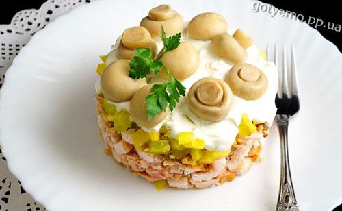 рецепт Салату з куркою, горіхами і грибами