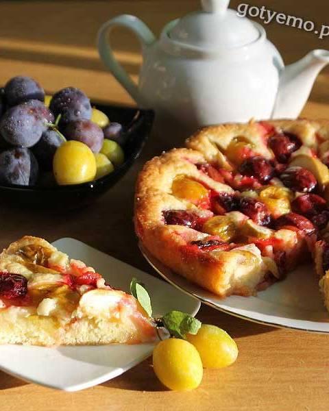 Відкритий пиріг з яблуками та сливами