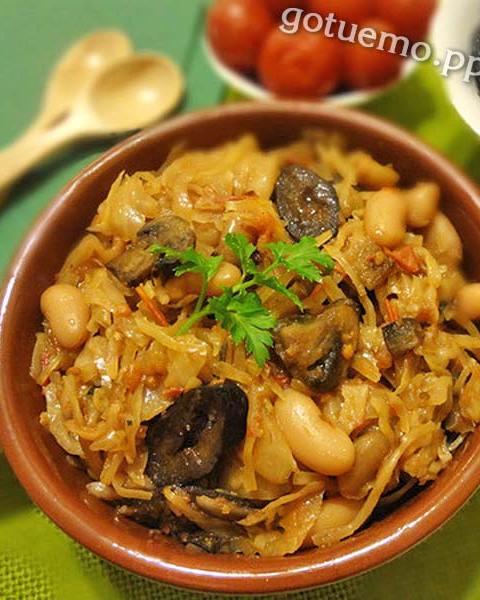 Тушена капуста з грибами і чорносливом