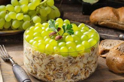 салат з виноградом