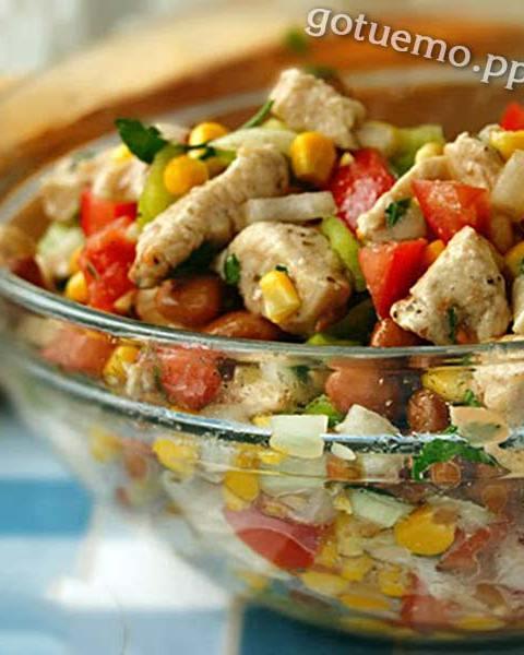 Салат з квасолею, куркою і кукурудзою