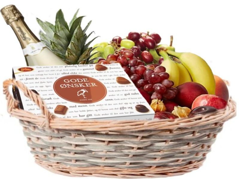 Gavekurv med frukt, konfekt og musserende drikk