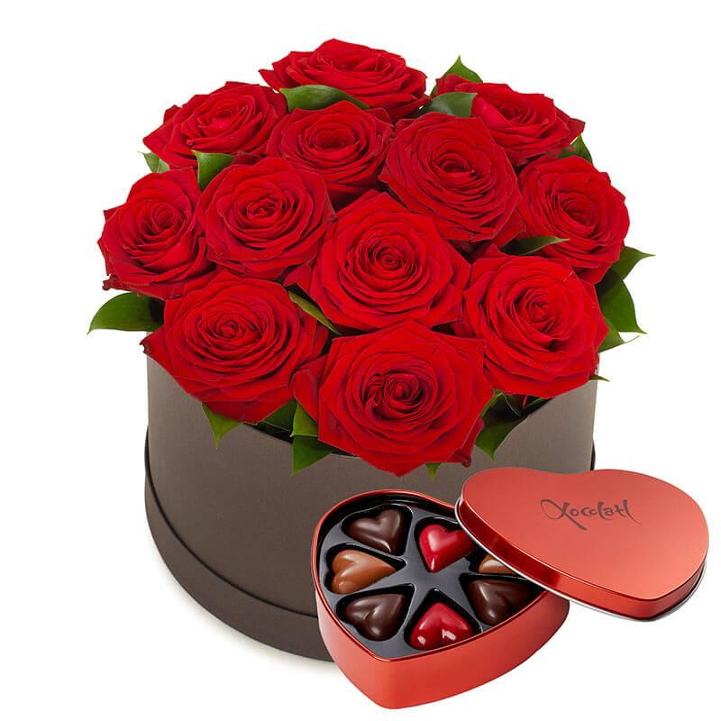 Presentkorg: rosor och chokladpraliner