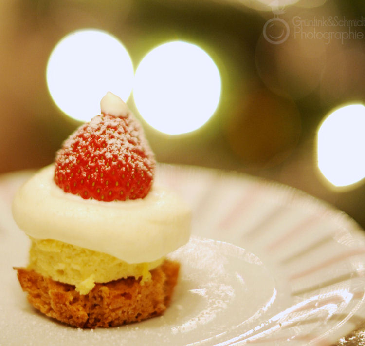 Mini Cheesecakes with Santa Hats klkl