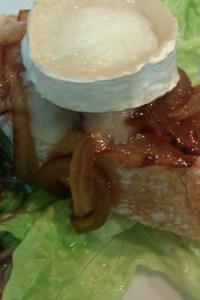 Tostas de rulo de cabra con cebolla caramelizada