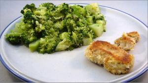 """Pollo """"empanado"""" en copos de coco y brocoli"""
