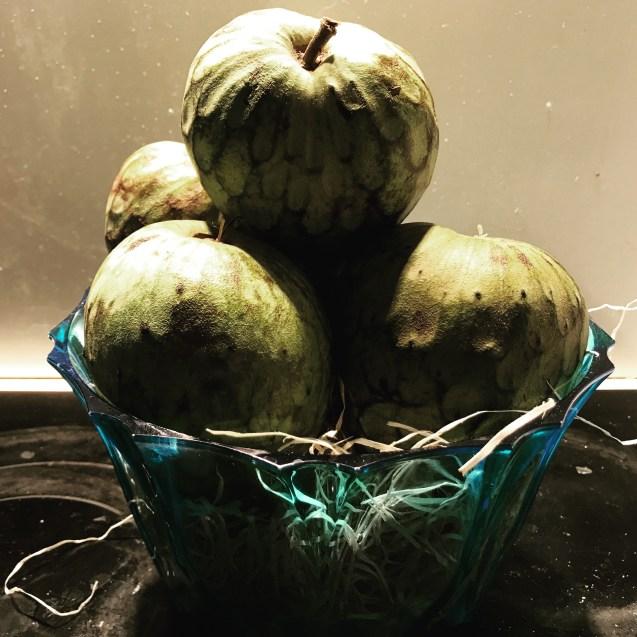 Bol con chirimoyas maduras para usar en recetas dulces