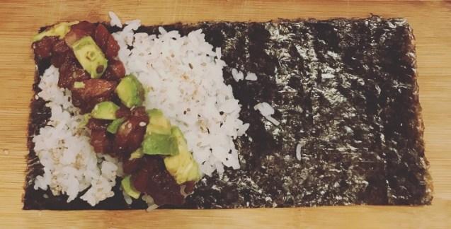 alga nori con arroz de sushi y salmón para enrollar sushi