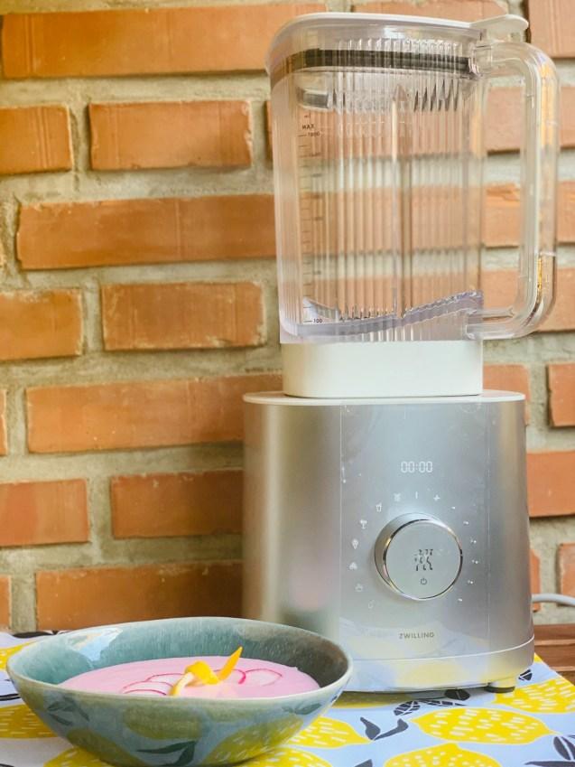sopa fría de yogur y rabanitos
