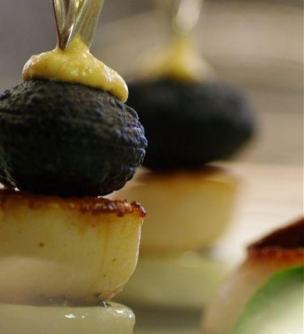Noix de coquilles Saint-Jacques saisies à l'huile d'olive, Jeu d'oursins et de topinambours
