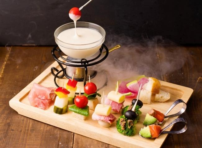 冷たくても伸びるチーズソースで楽しむフォンデュが登場!池袋のチーズ料理専門店にて6月18日(月)から夏季限定でスタート!