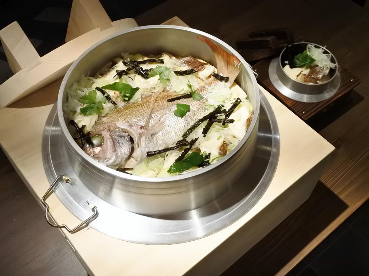 総重量7キロ! ご飯20合に鯛を丸ごと1尾のせた「メガ鯛釜飯」が、1日1組限定にて「米福 あべのルシアス店」で提供開始