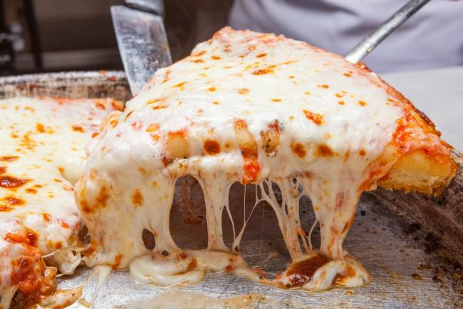 【ピザの日限定】厚さ3センチ・とろけるモッツァレラチーズのマルゲリータを1ピース¥500で提供!もちもちの生地と底部分のカリカリ食感がクセになる!!