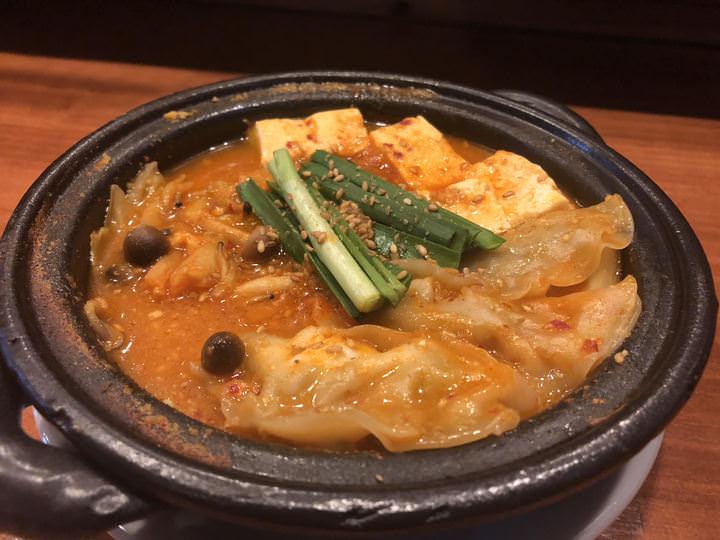 大阪市の鴨餃子とワインバル「オペレッタ52 福島店」が地元の韓国料理店とのコラボレーションメニュー「鴨餃子チゲ」を1日10食限定で提供!