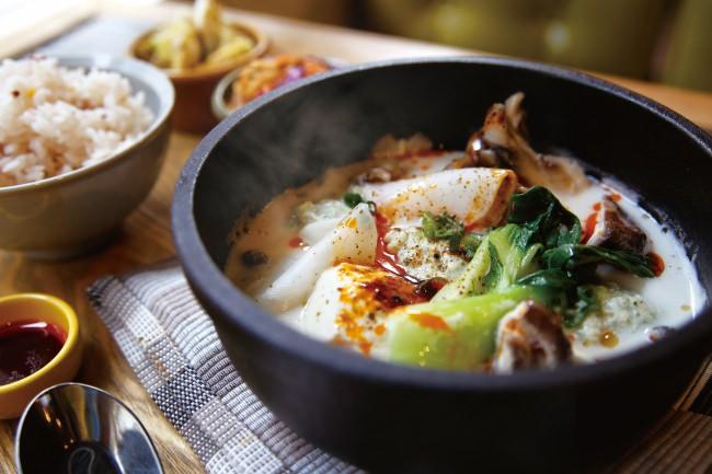 """寒さ吹き飛ばす!""""冬の温活""""はじめよう。自家製豆腐とたっぷり野菜がおいしい、白いスンドゥブが神戸のカフェ「ニューラフレア」に新登場!"""