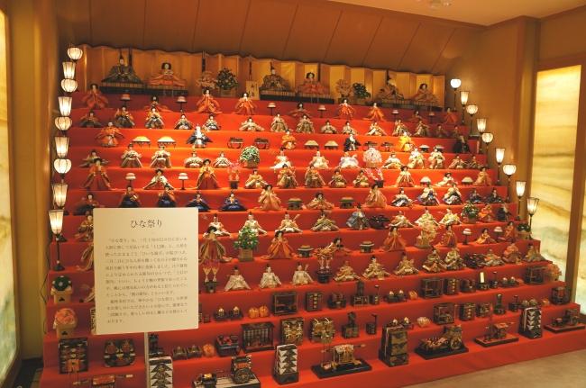 103体のひな人形が展示された十三段雛飾り
