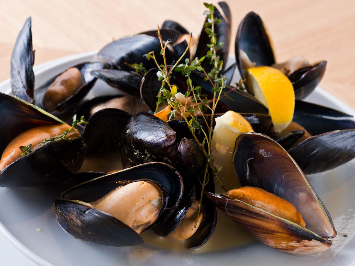 """カナダ産ムール貝を""""ワンコイン""""で両手つかみ取り! お好み白ワインで自分好みの蒸し焼きに@ESOLA新宿"""