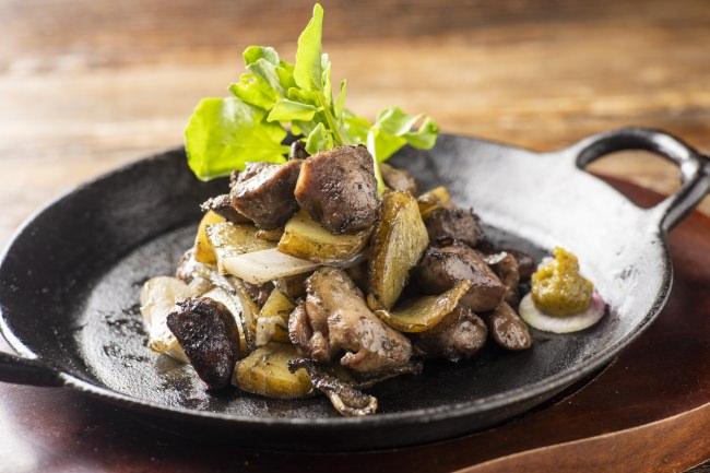 """アラカルト:炭火 鶏のメリメロ焼(メリメロとはフランス語で""""ごちゃまぜ""""という意味。鶏のモモやハツ、砂肝、ジャガイモなどを炭火で焼き上げた料理です)"""