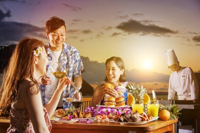 夕日を眺めながら、天然芝が広がる屋上ガーデンで楽しむリゾート感覚ビアガーデン「ベイサイドBBQ ~ハワイアン ビアガーデン~」