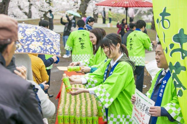 令和元年の初日に、平成元年生まれの「お~いお茶」が感謝をこめて