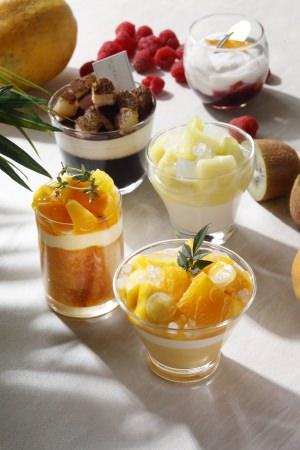 写真上から:赤いベリーのヨーグルトムース、コーヒーゼリーとティラミス、メロンとココナッツのパンナコッタ、ババエキゾチック、マンゴープリン