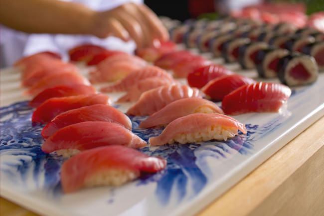 夏のビュッフェはマグロ大漁祭!1カット¥1,250以上の高級スイーツも! 贅を尽くしたウィークエンドビュッフェ