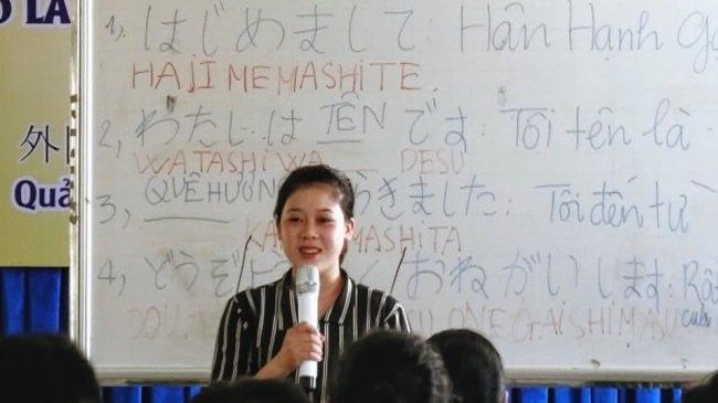 日本語の挨拶、自己紹介の授業風景 (入学初日)