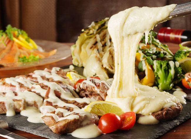 """チーズかけ放題♪とろ~りとろけるチーズの""""アリゴチーズ""""をたっぷりかけた黒毛和牛と牛タンの相盛り肉プレートを980円でご提供!"""