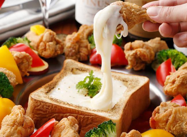 """チーズ×トースト×手羽元のコラボレーション♪たっぷりとろとろチーズにつけて食べる""""食パネチキン""""が1480円で食べ放題♪"""