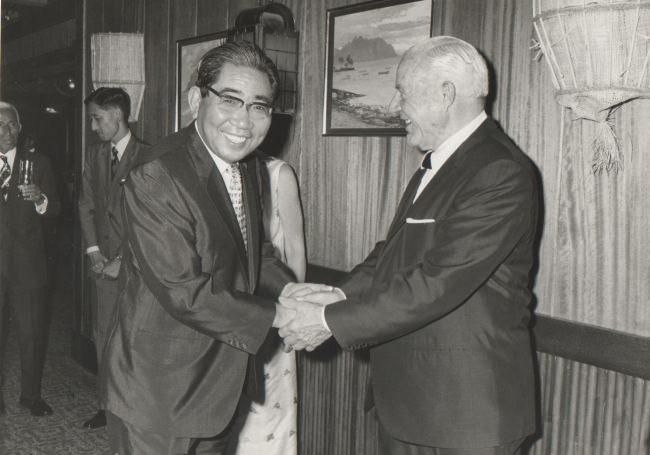 1974年トレーダーヴィックス 東京オープンセレモニーにて(大谷米一とヴィクター・バージェロン)