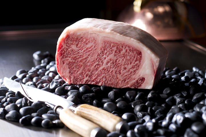 やわらかな肉質の「静岡そだち」のサーロインステーキをメインに、数種のチーズを鉄板で仕上げて野菜とあわせた一品など食欲の秋を先取りする鉄板焼ディナーコース