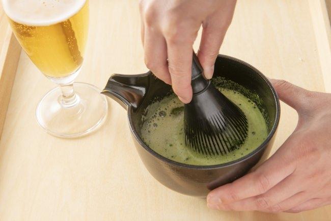 片口に入れたビールと抹茶をシャカシャカ