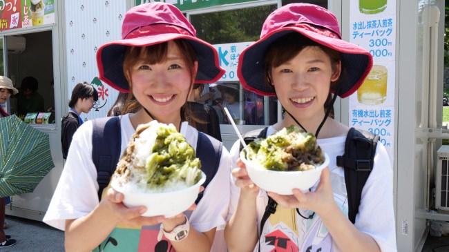 女性二人で顔よりも大きな茶氷に挑戦!