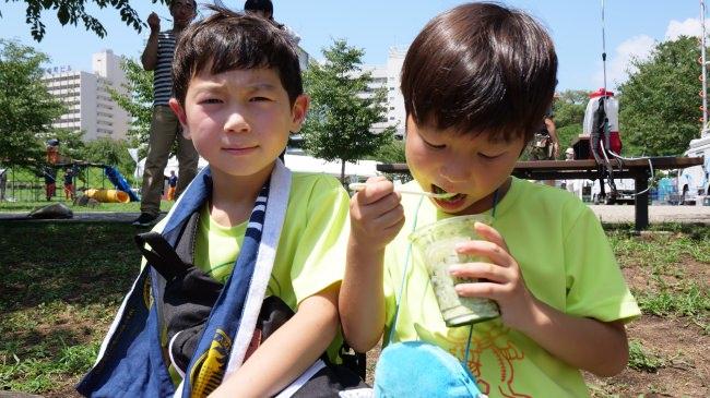 暑い中茶氷を食べる子供たち