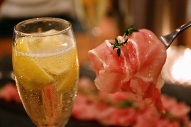 【好評につき期間延長決定!】生ハム+凍結フルーツ入りスパークリングワインが1時間1,500円で食べ飲み放題!