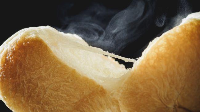 10万食売れ、テレビにも紹介されたもちもち生食パンが更に進化! 贅沢な素材をふんだんに使いきったプレミアム食パン「全部入り。」と、全粒粉食パン「そのまんま。」が登場!