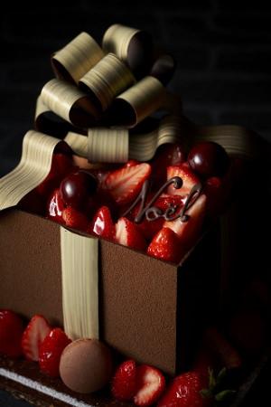 【リーガロイヤルホテル小倉】福岡県のブランド苺「あまおう」を贅沢に使用 大きなリボンのクリスマスケーキ「Noël Beau Ruban~ノエル・ボゥ・リュヴァン~ 」