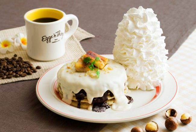 Eggs 'n Thingsよりマカダミアナッツを使った秋のハワイアンパンケーキが登場!「マカダミアナッツソースとチョコレートのパンケーキ」2019年11月1日(金)~12月1日(日)期間限定販売