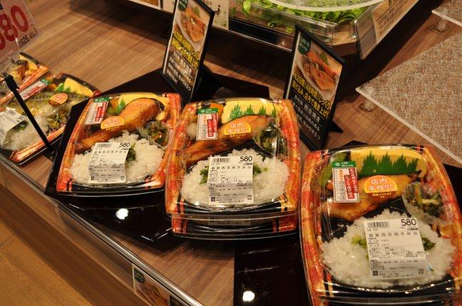 ハンバーグや焼き魚が入った、店内調理の弁当各種を品ぞろえいたします。