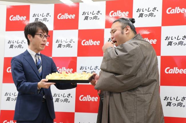 『ポテトチップス うすしお味』のPR大使 大関・貴景勝関に感謝状を贈呈