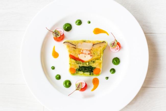 オマール海老とホタテと野菜のテリーヌ 【プレステリーヌ】重石をして1日半。それぞれの素材のうま味が凝縮されテリーヌに閉じ込められています。
