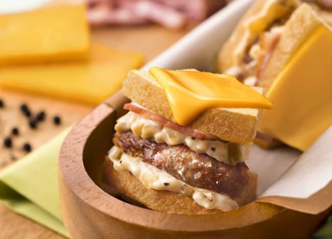 【CAFÉねんりん家】ハンバーグとカルボナーラが融合した斬新バームクーヘンサンドイッチが登場!食べられるのは飛行機に乗る人だけ