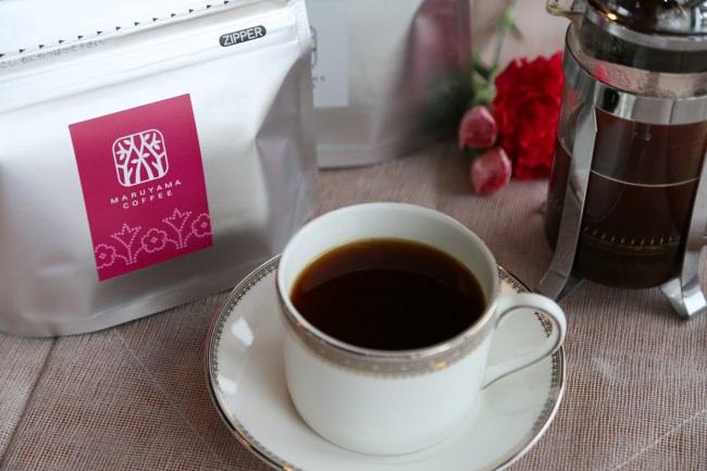 母の日に贈りたいスペシャルティコーヒーをもっと手軽にもっと身近に!「カフェラテベース ディカフェ」「母の日ブレンド」を4月15日(水)より丸山珈琲直営店(一部店舗除く)およびオンラインストアで販売開始