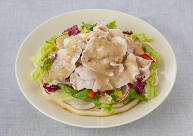 豚しゃぶとレタスやパプリカのサラダうどん (めんつゆ+おろしにんにく+パッケージサラダ使用)