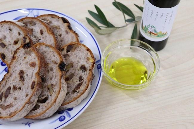 エキストラバージンオリーブオイルうしまどとパン