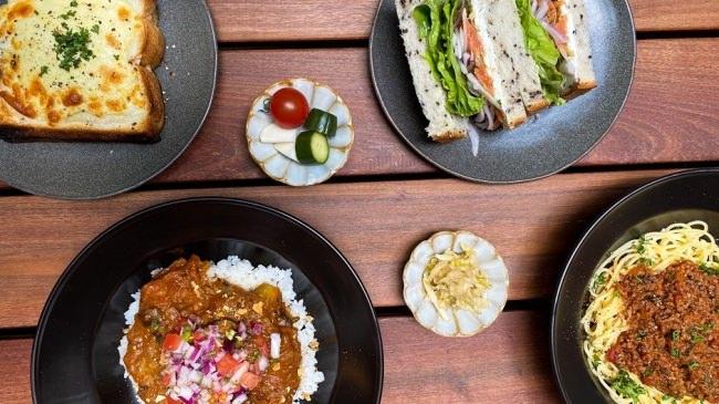 """【京都・西陣に新規オープン!】地元食材や生産者のストーリーを伝えるカフェ。""""地域交流拠点""""としての宿〈KéFU stay&lounge〉から地元食材をフル活用したカフェメニューをお届け。"""