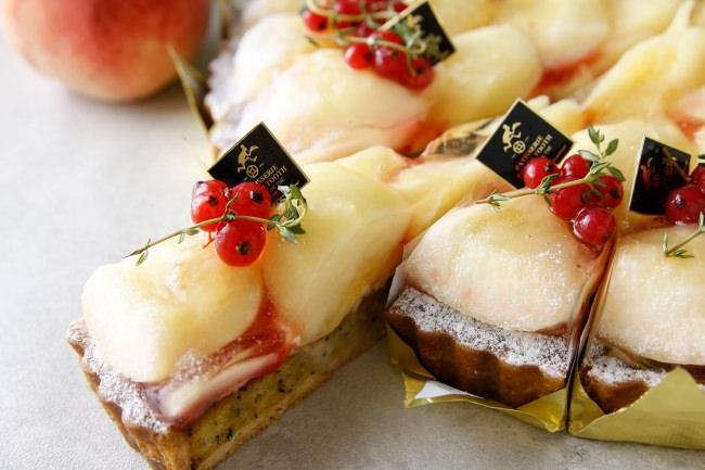 """瑞々しくて、あまい。この季節だけに楽しめる""""ぜいたくな果実""""をふんだんに使った『白桃のタルト』が神戸の洋菓子屋「PATISSERIE TOOTH TOOTH」より2020年7月20日(月)から登場。"""