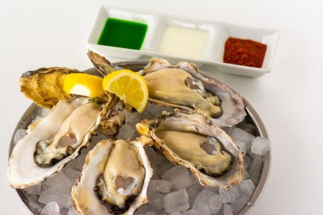 旬の生牡蠣(真牡蠣)4ピース ~国旗カラーソース添え~